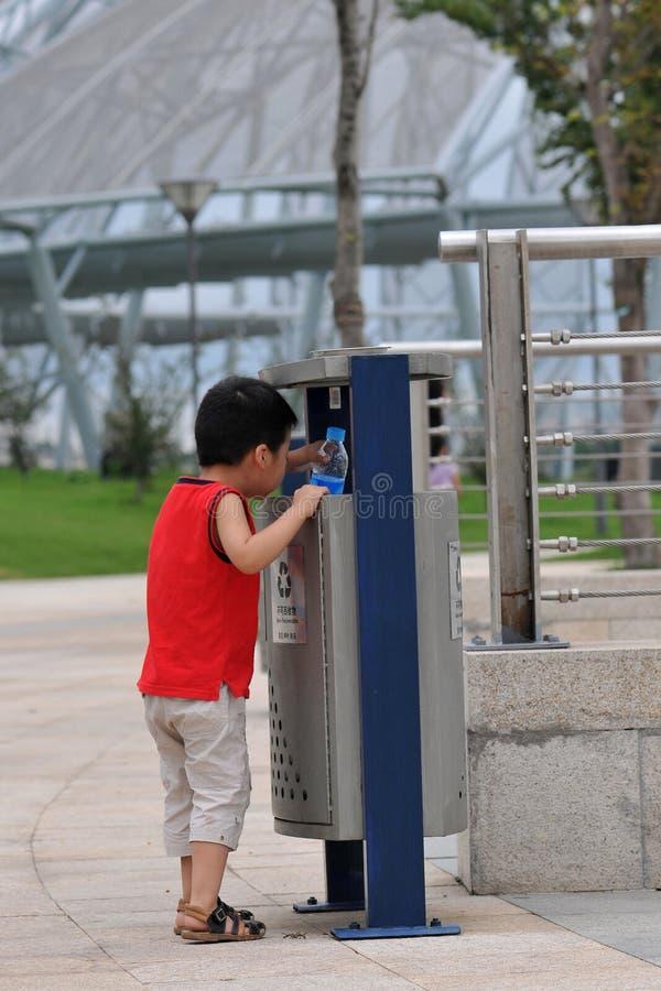 behandla som ett barn kan kassera royaltyfria foton