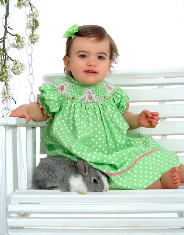 behandla som ett barn kaninflickagreen arkivbild
