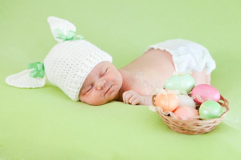 behandla som ett barn klädde nyfödda easter för kaninen locket ägg arkivfoto
