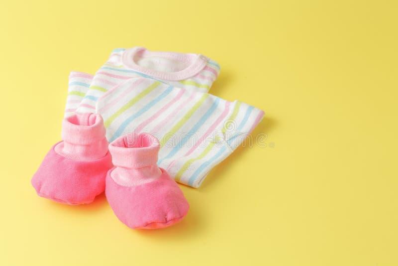Behandla som ett barn kläder på en vanlig ljus bakgrund arkivfoton