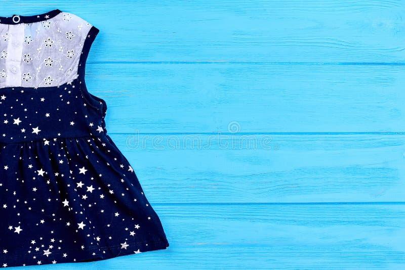Behandla som ett barn klänningen och kopiera utrymme fotografering för bildbyråer