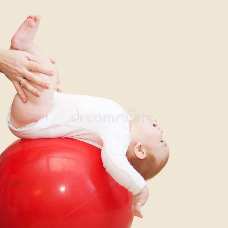 Behandla som ett barn kondition Moder som gör massage och idrottshall arkivfoton