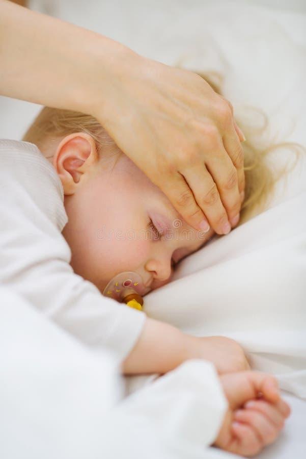 behandla som ett barn kontrollera closeupmodertemperatur royaltyfri fotografi