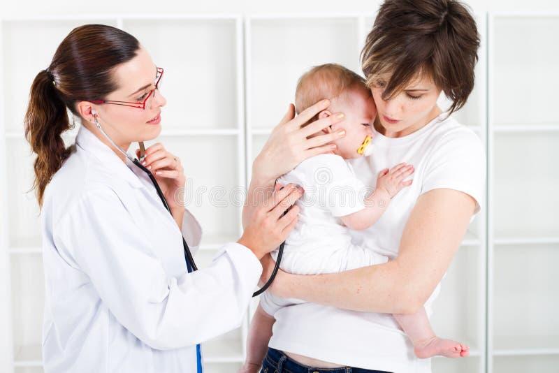 behandla som ett barn kontrollera sjuksköterskan royaltyfri foto