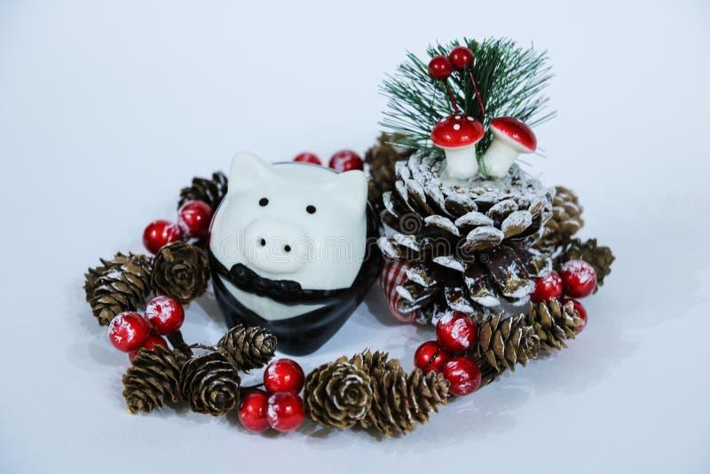Behandla som ett barn kortkort-svinet under en julgran med gåvor som symboliserar det kommande 2019 året för det nya året av ett  arkivfoto