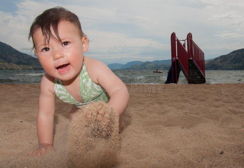 Behandla som ett barn krypningen på sanden royaltyfri fotografi