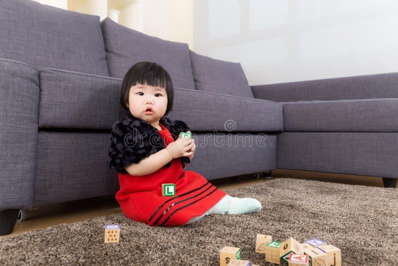 Behandla som ett barn kvarteret för flickalekleksaken royaltyfria foton