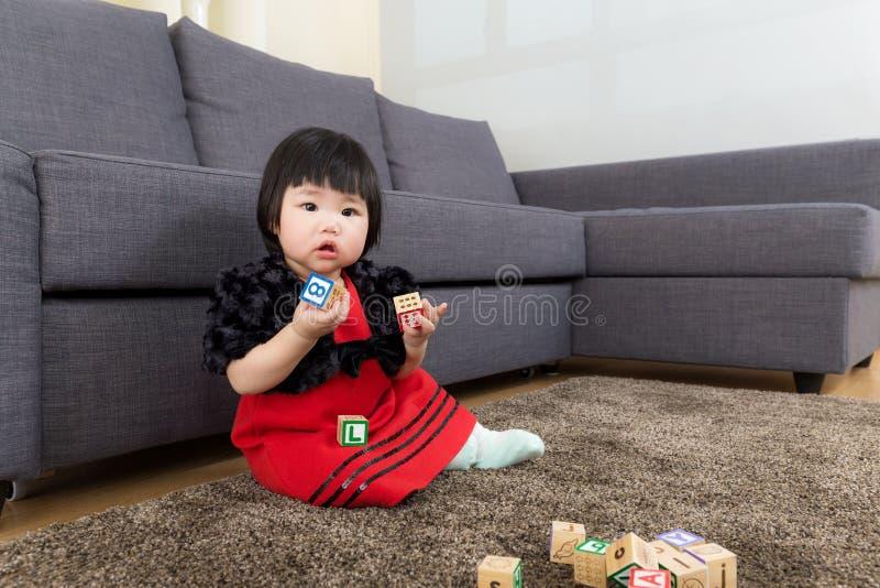 Behandla som ett barn kvarteret för flickalekleksaken royaltyfri fotografi