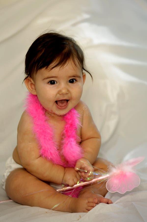 behandla som ett barn le för naken pink för fjädrar sittande arkivfoton