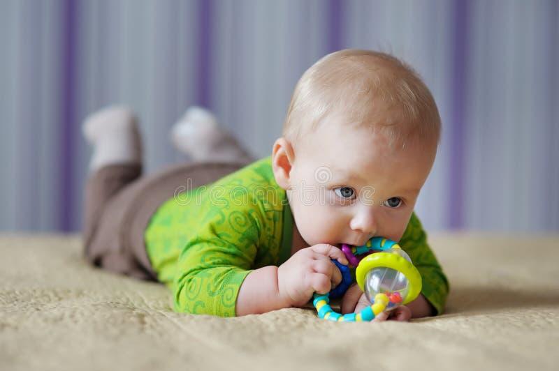 Behandla som ett barn lek med leksaken royaltyfria foton