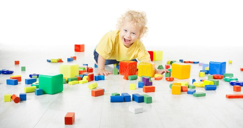 Behandla som ett barn lek Toy Blocks, det krypande barnet som spelar på golv med leksaker royaltyfria bilder