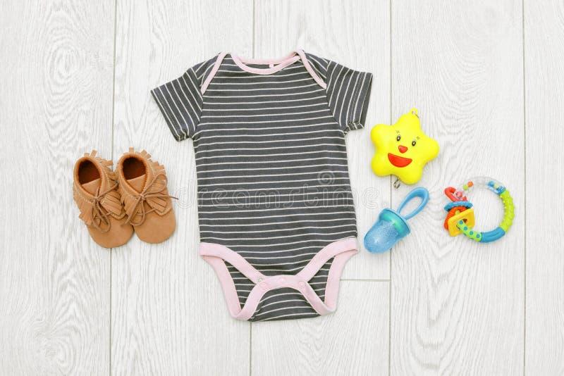 Behandla som ett barn lekmanna- sammansättning för lägenheten med kläder royaltyfri fotografi