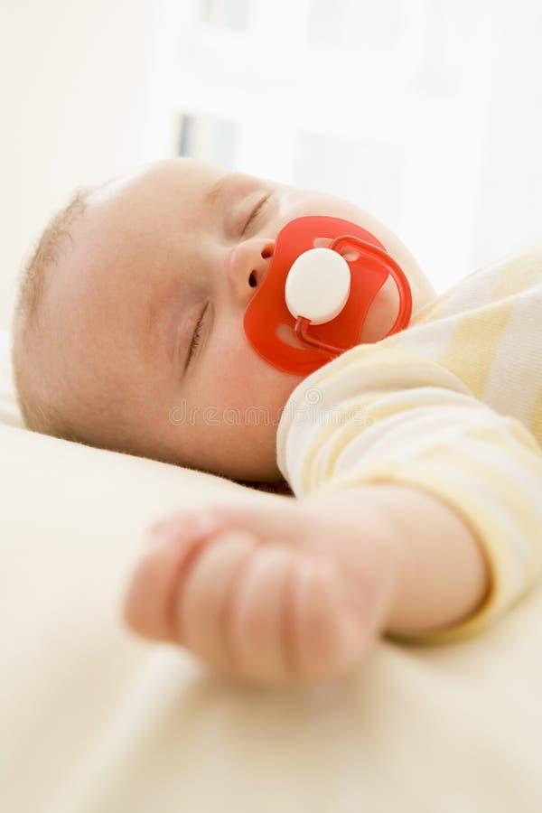 behandla som ett barn liggande inomhus sova arkivbilder