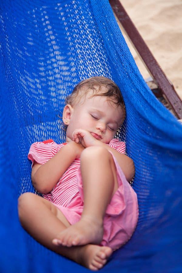 Behandla som ett barn lite den sovande flickan utomhus  royaltyfri fotografi