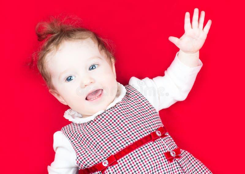 Behandla som ett barn lite flickan i festlig klänning som sjunger och dansar royaltyfri bild