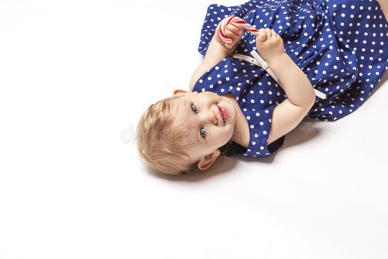 Behandla som ett barn lite flickan med sötsaker royaltyfria foton