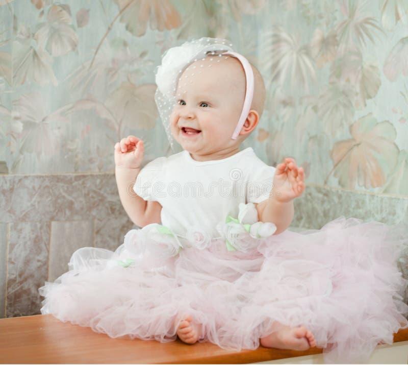 Behandla som ett barn lite flickan som bär den härliga klänningen arkivbild
