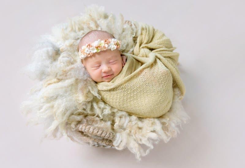 Behandla som ett barn lite flickan som ler i hennes sömn royaltyfria foton