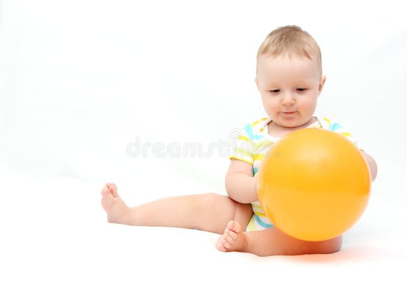 Behandla som ett barn lite med ballongen arkivfoto