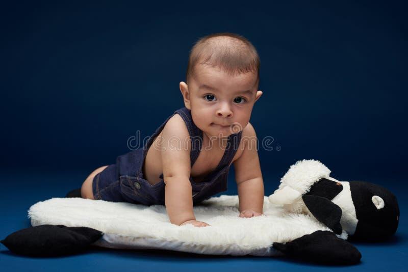 Behandla som ett barn lite pojken royaltyfria foton