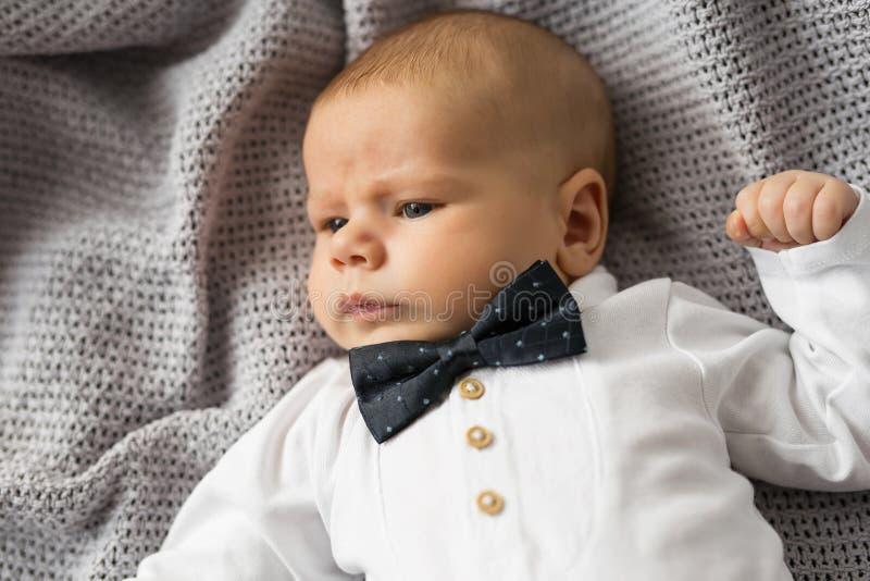 Behandla som ett barn lite pojken med bowtie royaltyfria foton
