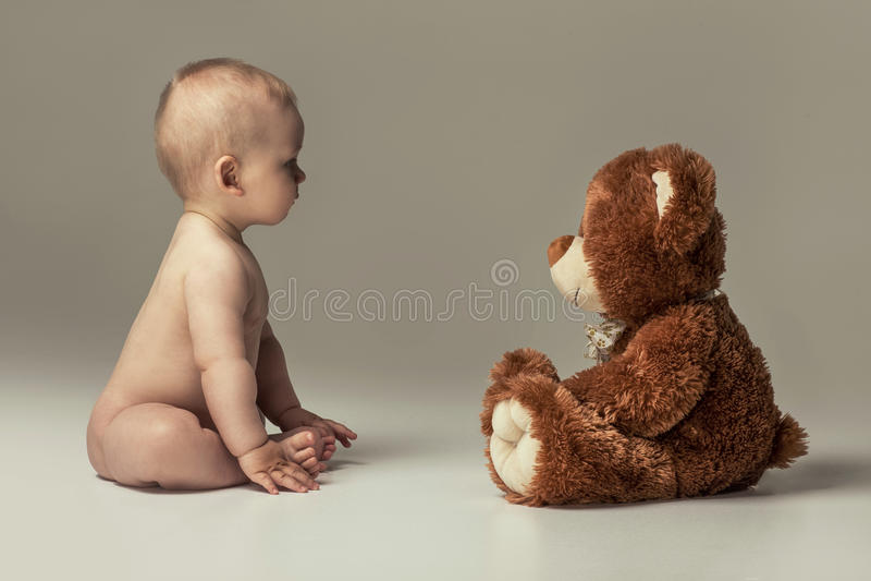 Behandla som ett barn lite pojken med nallebjörnen royaltyfria foton