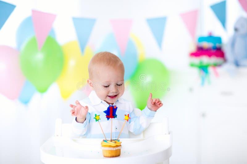 Behandla som ett barn lite pojken som firar den första födelsedagen royaltyfria foton