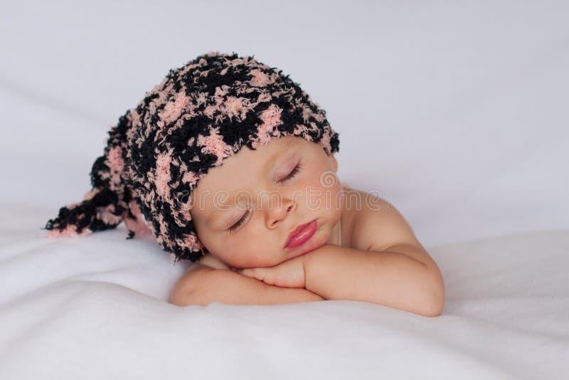 Behandla som ett barn lite pojken som sover royaltyfri bild