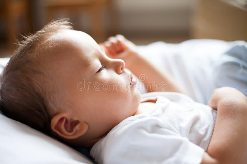 Behandla som ett barn lite pojken som sover royaltyfria foton