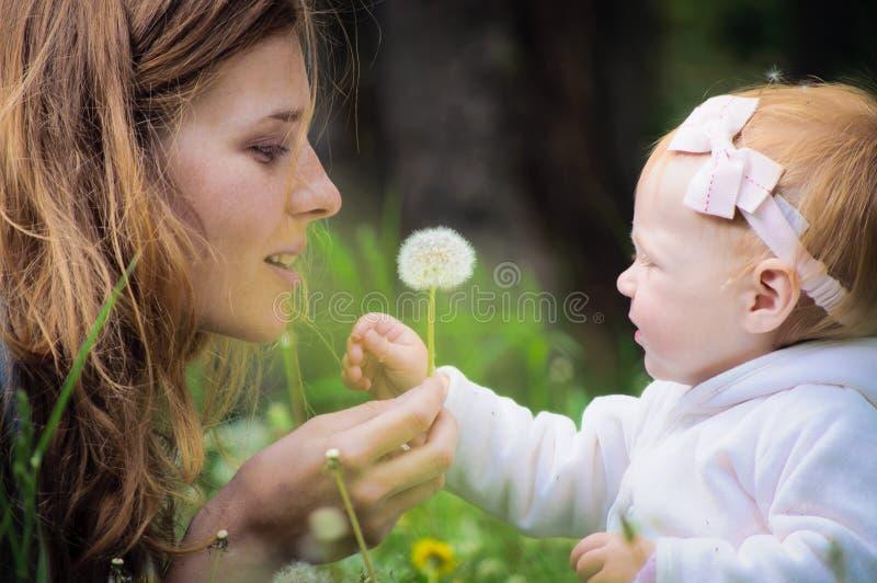 behandla som ett barn litet moderbarn royaltyfria foton
