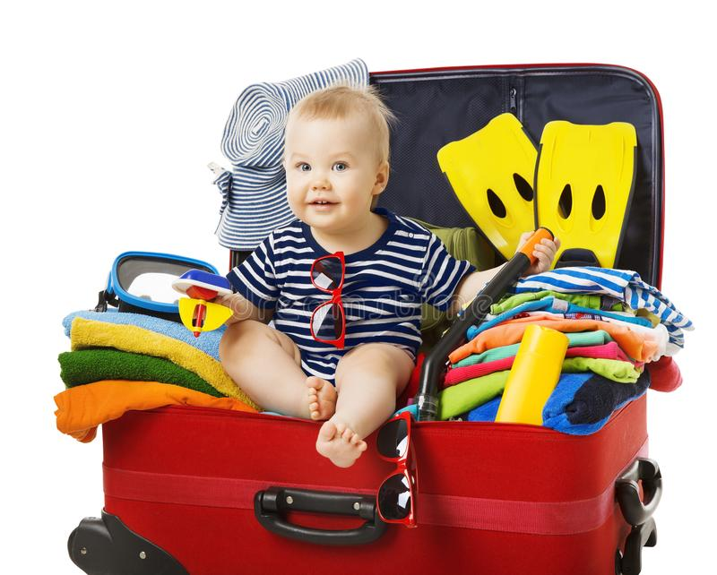 Behandla som ett barn loppresväskan, barn sitter i resande bagage, unge på vit royaltyfria foton