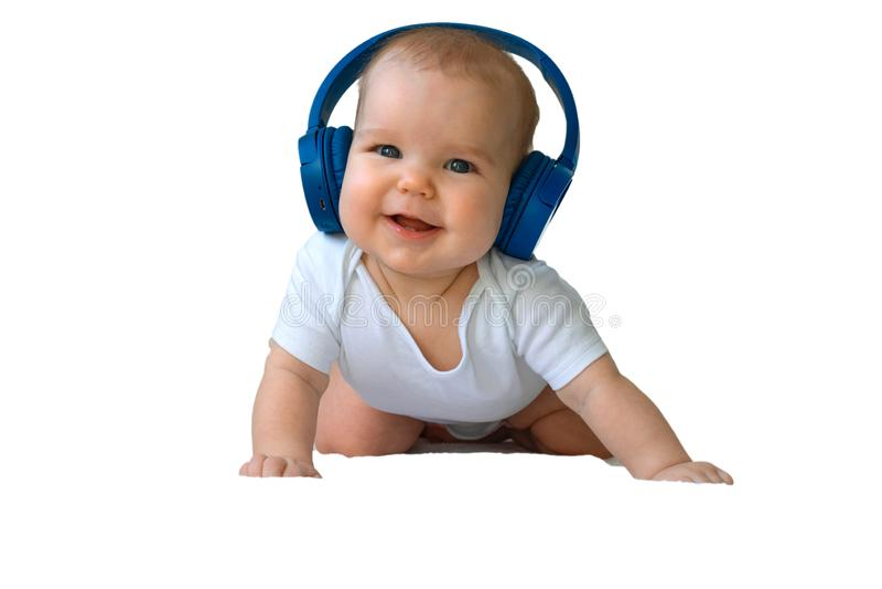 Behandla som ett barn lyckligt le f?r barnlitet barn i tr?dl?s bl? h?rlurar p? en vit bakgrund Begreppet av teknologi som l?r fr? arkivfoto