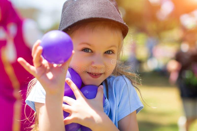 behandla som ett barn lyckligt le Liten flickaspring i parkera arkivfoto