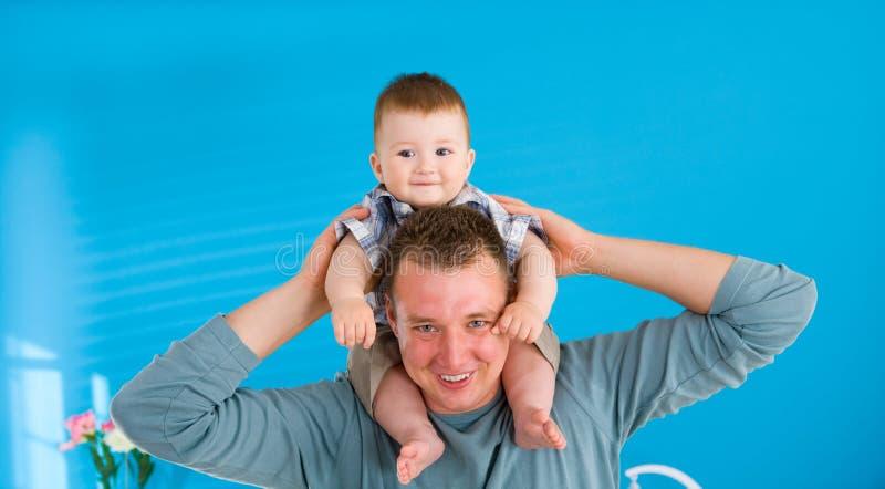 behandla som ett barn lyckligt lyfta för fader arkivfoton