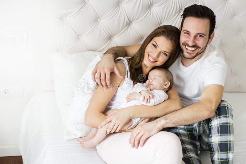 behandla som ett barn lyckligt nyfött för familj royaltyfri bild
