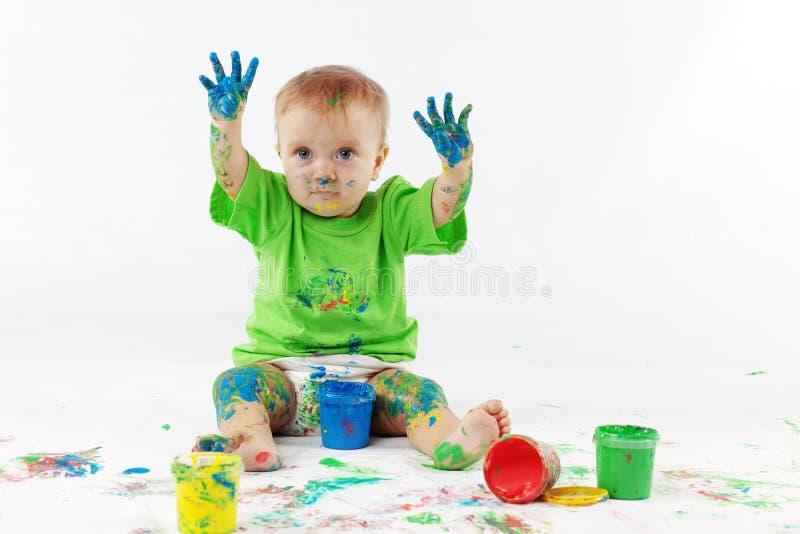behandla som ett barn målare arkivfoto