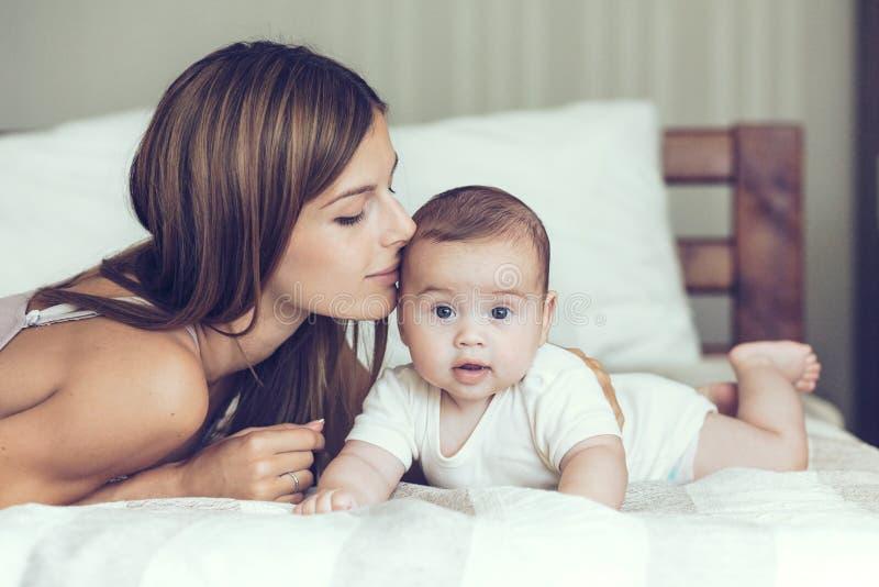 behandla som ett barn mamaen royaltyfria bilder