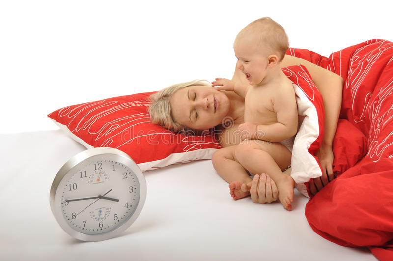 behandla som ett barn mamman som vaknar upp arkivbild