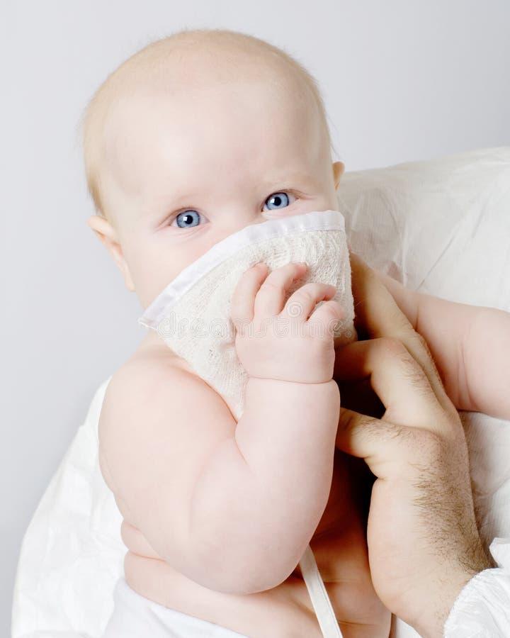 behandla som ett barn maskeringsläkarundersökningen royaltyfri fotografi
