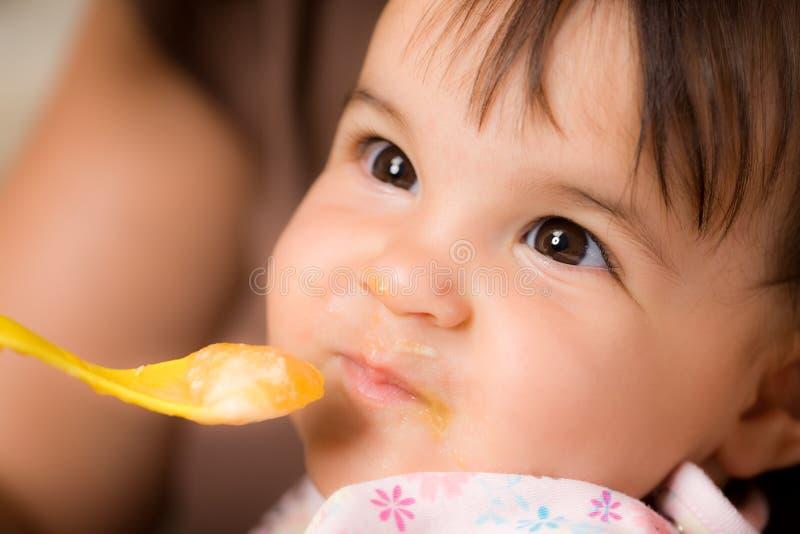 behandla som ett barn matning arkivfoton