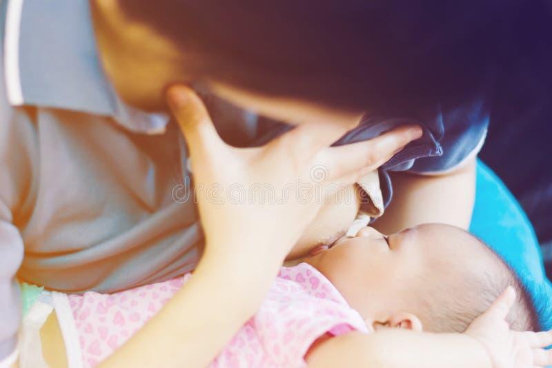 Behandla som ett barn matningar på moder, bröst för ` som s mjölkar arkivbilder