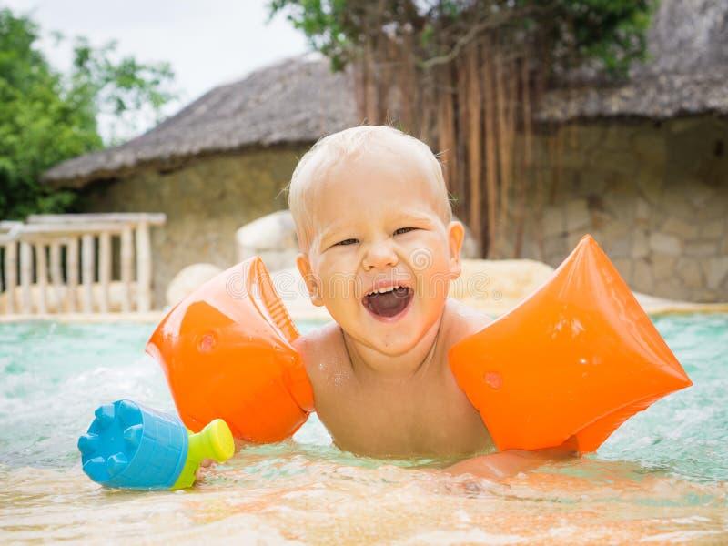 Behandla som ett barn med armbindlar fotografering för bildbyråer