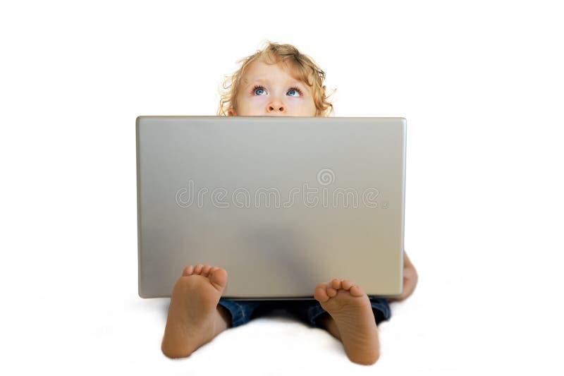 Behandla som ett barn med bärbar dator arkivfoton