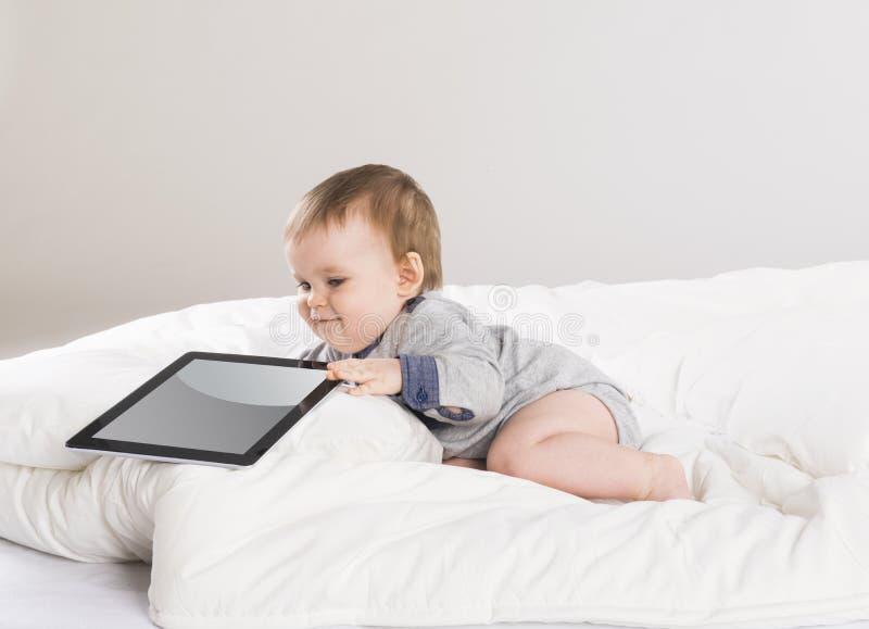 Behandla som ett barn med den digitala minnestavlan arkivfoto