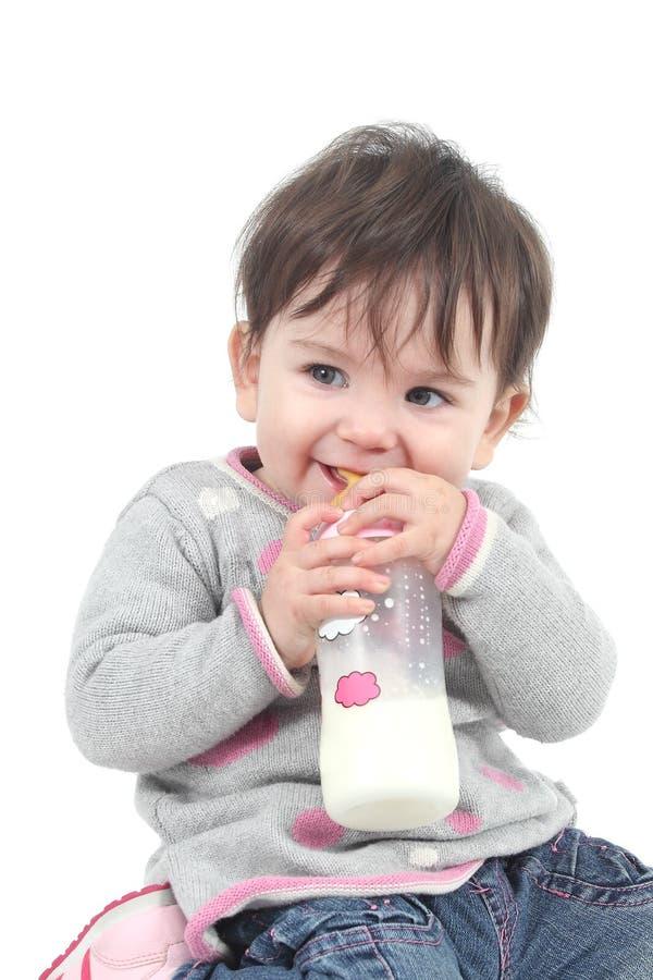 Behandla som ett barn med en matning buteljerar i henne munnen royaltyfri fotografi