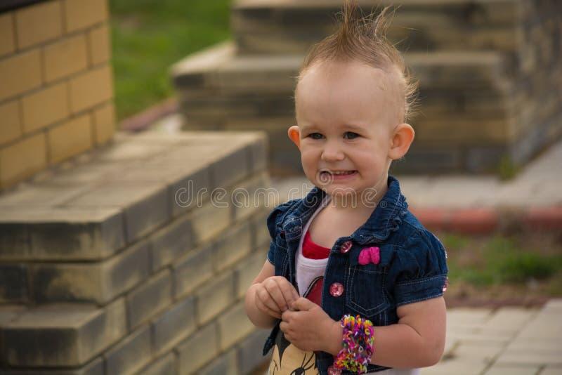 Behandla som ett barn med en Mohawk royaltyfria bilder