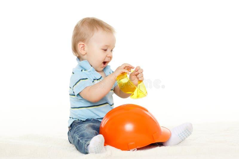 Behandla som ett barn med hjälmen och skyddande exponeringsglas. arkivfoton