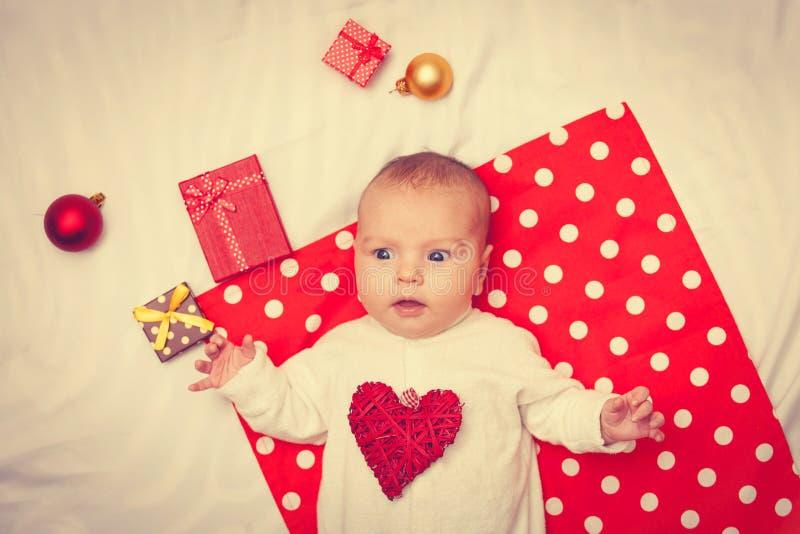 Behandla som ett barn med julgåvor arkivbild