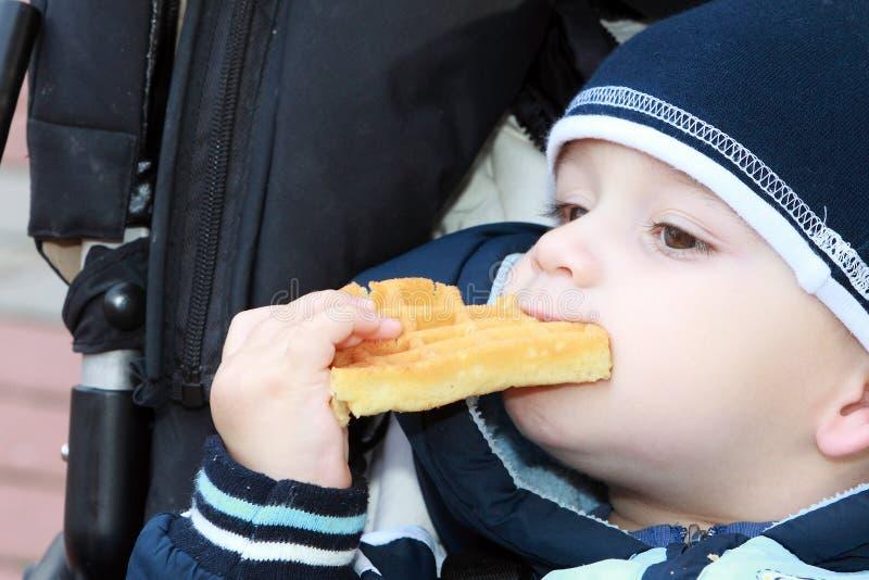 Behandla som ett barn med mat arkivbild