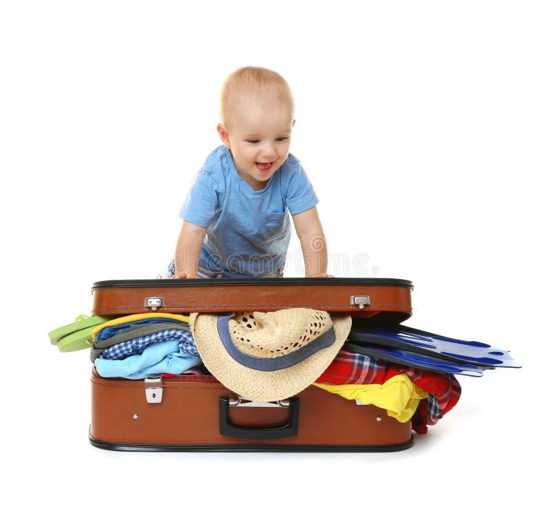 Behandla som ett barn med resväskan på vit bakgrund arkivbilder